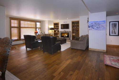 WestWall A302 03 living room