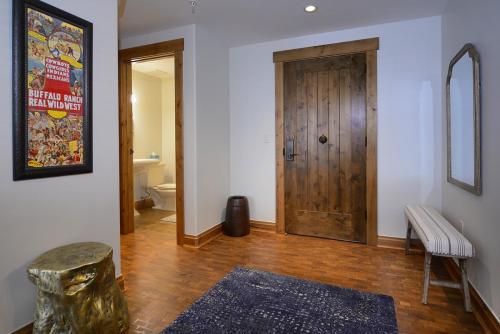 WestWall A303 01 entry foyer