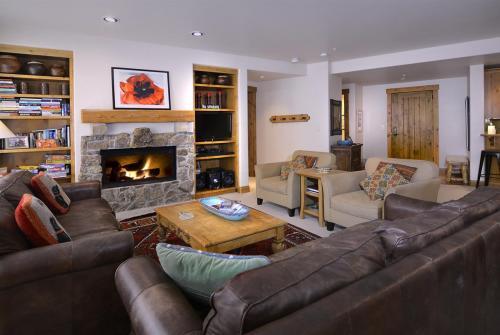 WestWall B202 01 living room