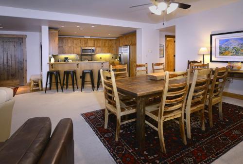 WestWall B202 05 dining room