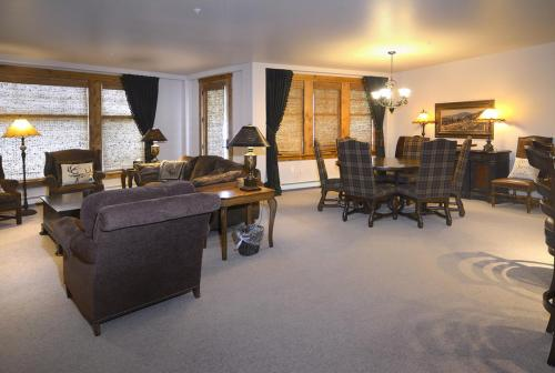 WestWall C103 04 living dining