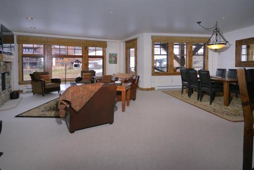 WestWall C203 03 living room