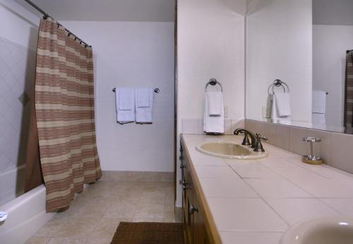WestWall C203 13 bathroom 2