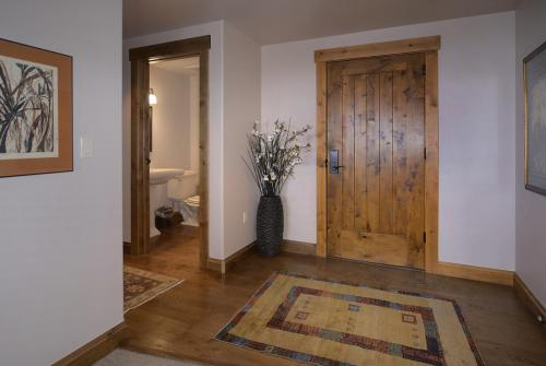 WestWall C204 01 entry foyer
