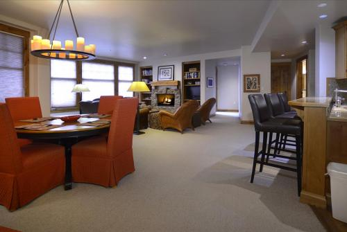 WestWall C204 08 living room