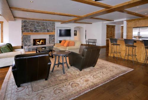 WestWall C205 05 living room